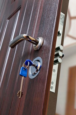 Как правильно поменять замок в металлической двери